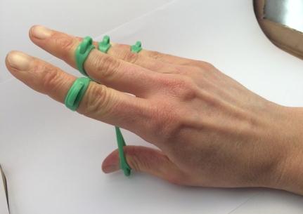 Jeder Finger wird einzeln gekräftigt.