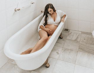 Schwangere Frau in der Badewanne